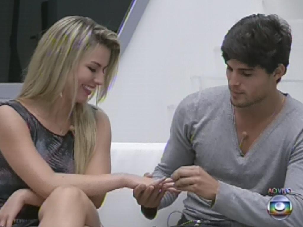4.mar.2013 - No início do jogo da discórdia, André dá aliança a Fernanda e diz que gostaria de vê-la na final com ele