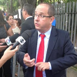 Advogado Ércio Quaresma, defensor de Marcos Aparecido dos Santos, o Bola, conversa com a imprensa do lado de fora do fórum de Contagem (MG)