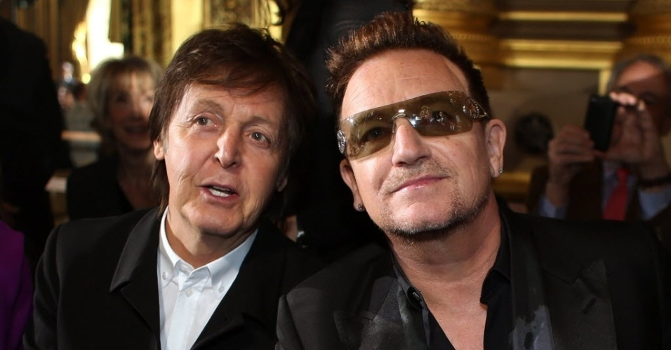 4.mar.2013 - Os msicos Bono Vox e Paul McCartney se encontraram em Paris, em desfile da filha de Paul, Stella McCartney durante a semana de moda francesa. No final do desfile, Paul aplaudiu a filha de p