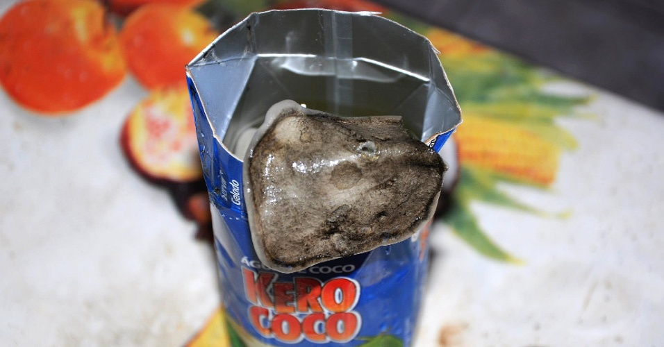 4.mar.2013 - Um internauta publicou em sua conta no Facebook fotos de um objeto não idientificado que, segundo ele, foi encontrado dentro de uma caixinha de água de coco da marca Kero Coco