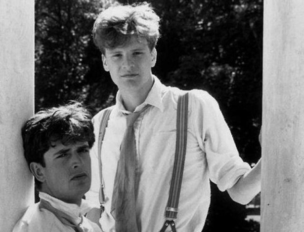 Amigos desde jovens, os atores Colin Firth &#40;de p&#233;&#41; e Rupert Everett posam juntos