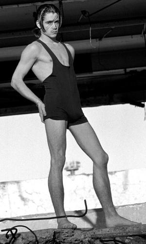Aos 17 anos, o ator Colin Farrell colocou a mão no quadril e fez pose de modelo