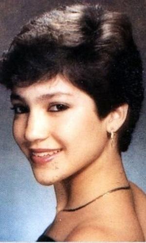 Com cabelos curtos, uma ainda muito jovem Jennifer Lopez sorri para foto