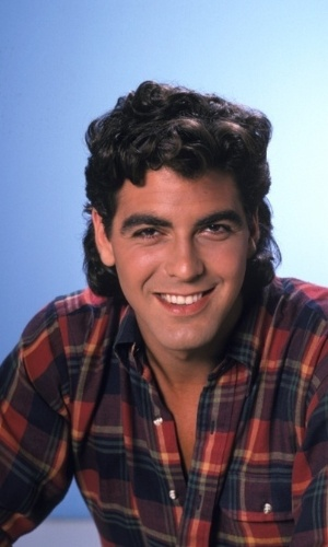 O ator George Clooney posa para foto com cabelo no estilo mullet