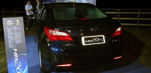 O porta-malas do sedã tem 450 litros, 150 l a mais que o do hatchback lançado em outubro
