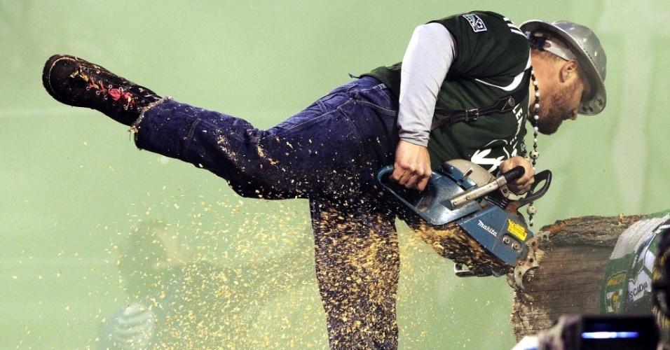 03.mar.2013 - O alternativo mascote do Portland Timbers, equipe da MLS, o lenhador Timber Joey, corta um pedaço de um tronco para comemorar gol da equipe; a cada gol, ele corta um novo pedaço