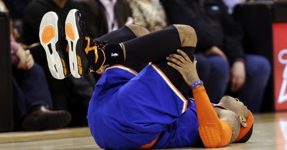 04.mar.2013 - Carmelo Anthony sofreu lesão no joelho no 2° quarto da partida entre New York Knicks e Cleveland Cavaliers