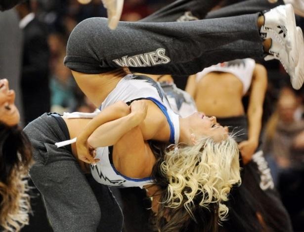 04.mar.2013 - Cheerleaders do Minnesota Timberwolves fazem manobra arriscada durante apresentação