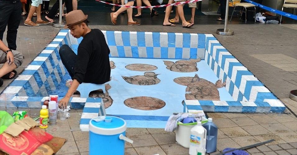 05.mar.2013 - Artistas da Ásia também participam do evento, embora a maioria dos pintores seja de europeus. O único latino é o mexicano Juandrés Vera