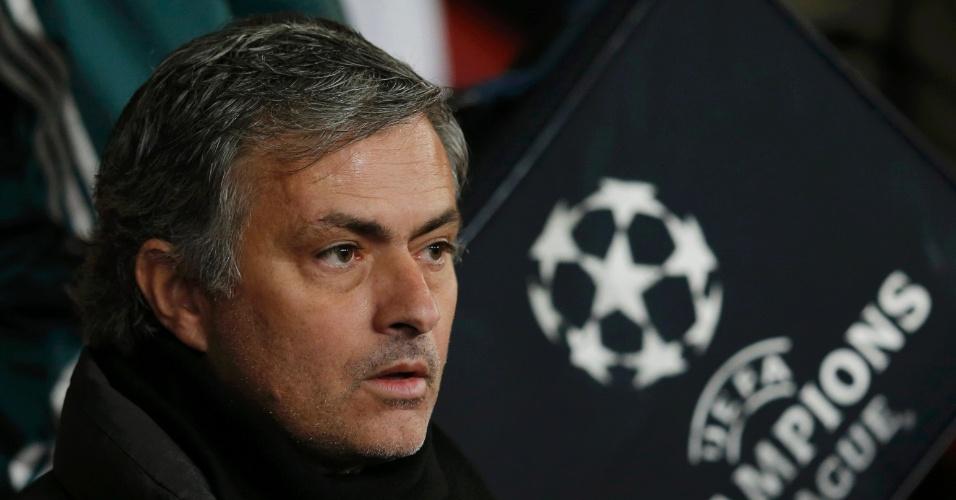 05.mar.2013 - Técnico José Mourinho, do Real Madrid, acompanha o jogo contra o Manchester United, pela Liga dos Campeões