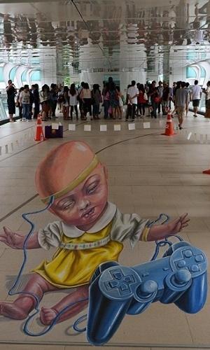 """05.mar.2013 - Um festival de arte de rua leva a arte 3D para as calçadas de Bangcoc. Alguns dos artistas que participam do evento fazem parte de uma trupe itinerante chamada 'We Talk Chalk' (""""Nós falamos giz"""", em tradução livre)"""