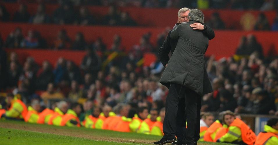 05.mar.2013- Técnicos de Manchester United e Real Madrid, Alex Ferguson e José Mourinho se cumprimentam após jogo em Old Trafford