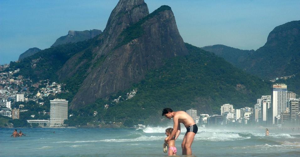 5.mar.2013 - Banhistas aproveitam o calor da manhã desta terça-feira (5) na praia de Ipanema, no Rio de Janeiro