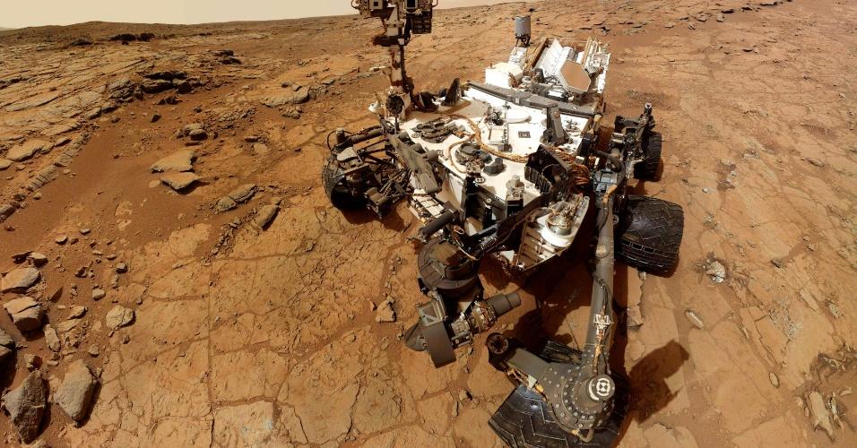 4.mar.2013 - Em imagem de 3 de fevereiro, o robô Mars Curiosity, enviado pela Nasa para explorar Marte, tira um autorretrato. Autoridades informaram que uma pane no computador do robô, possivelmente causada por radiação, causou atrasos na análise de pó extraído de uma rocha antiga