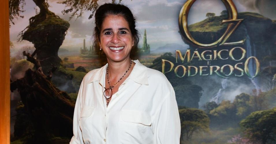 4.mar.2013 - Lúcia Veríssimo na pré-estreia para convidados do filme