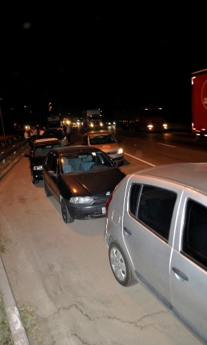 4.mar.2013 - Mais de dez veículos se envolveram em um engavetamento na marginal Pinheiros, sentido Interlagos, nas proximidades da ponte Cidade Universitária, na zona oeste de São Paulo, nesta segunda-feira (4). Ninguém ficou ferido no acidente