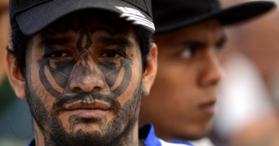 4.mar.2013 - Membros da gangue Mara Salvatrucha comparecem a evento no centro criminal de Ciudad Barrios, em San Miguel, cidade a 160 km de San Salvador (El Salvador), marcando um ano da trégua acordada entre as maras Salvatrucha e 18