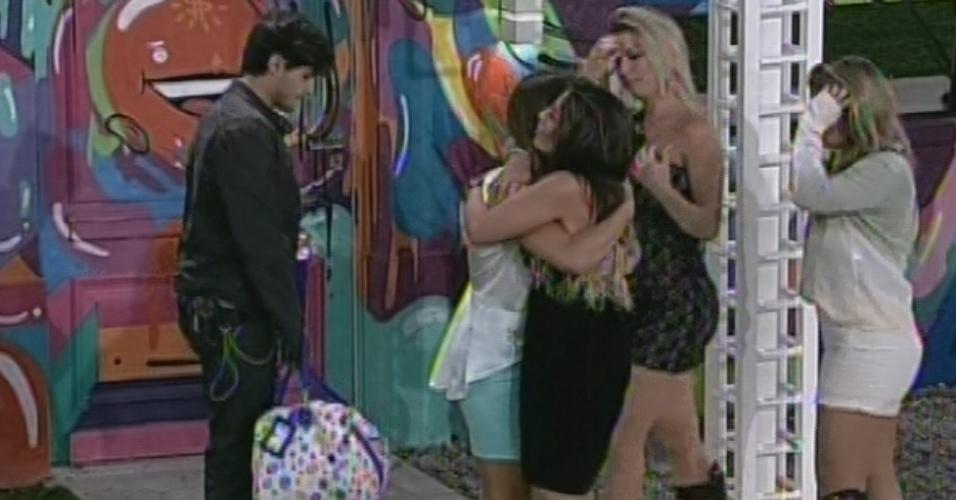 5.mar.2013 - Anamara dá abraço em Natália ao deixar o