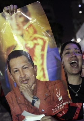 5.mar.2013 - Apoiadores do presidente Hugo Chávez se reúnem em sua homenagem na praça Simón Bolívar, em Caracas, nesta terça-feira (5), após o anúncio da morte do presidente venezuelano