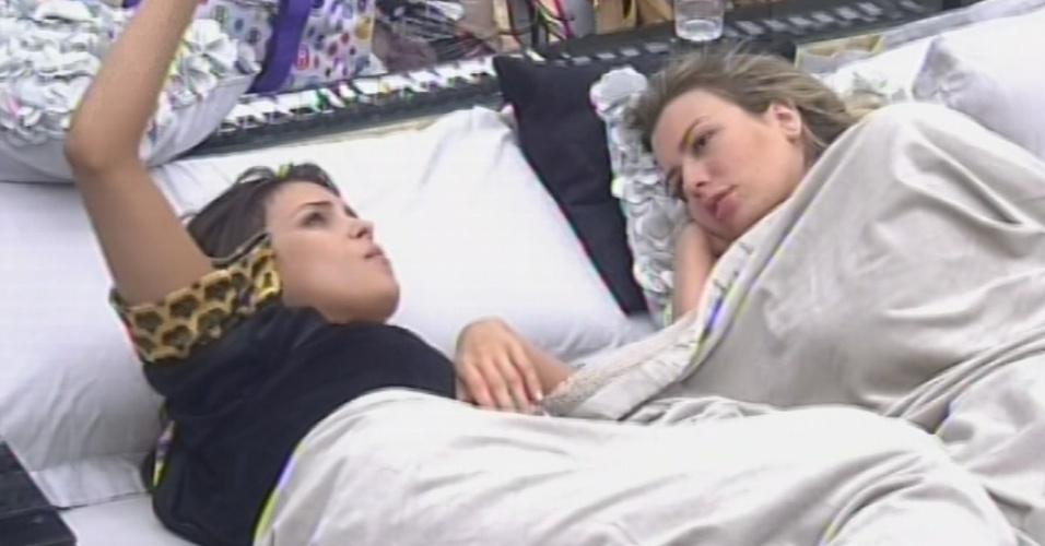 5.mar.2013 - Após fazeres as pazes, Kamilla e Fernanda comentam sobre paredões e a paraense diz que estava