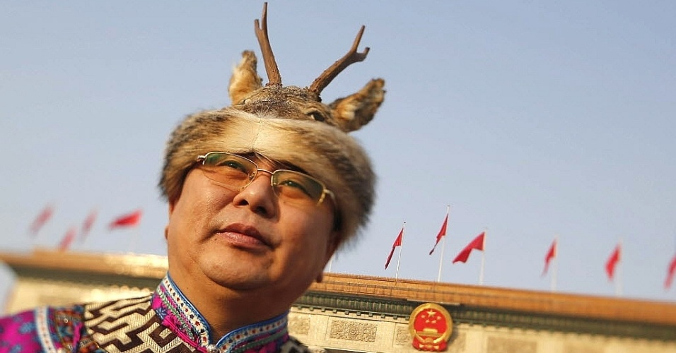 5.mar.2013 - Com um chapéu de cervo, delegado da minoria étnica Orogen chega ao Grande Palácio do Povo, em Pequim onde é realizada a sessão inaugural da Assembleia Nacional do Povo, a reunião anual do Partido Comunista chinês que nomeará as novas autoridades do governo