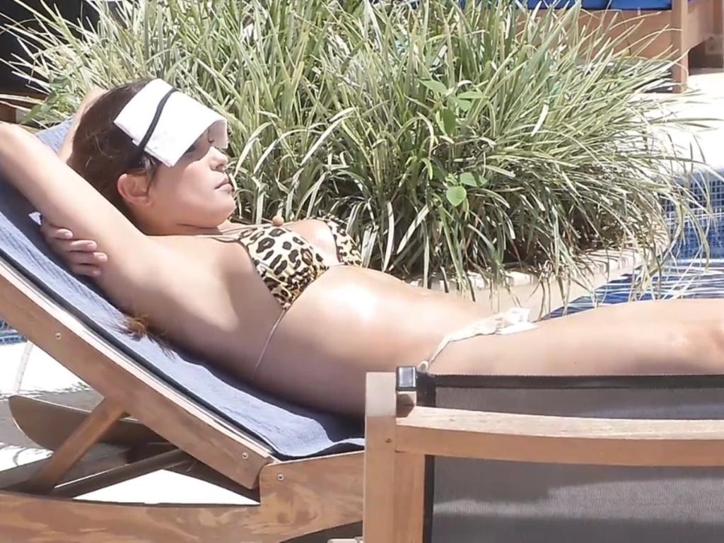 5.mar.2013 - Enquanto os outros brothers dormem, Kamilla toma banho de sol à beira da piscina