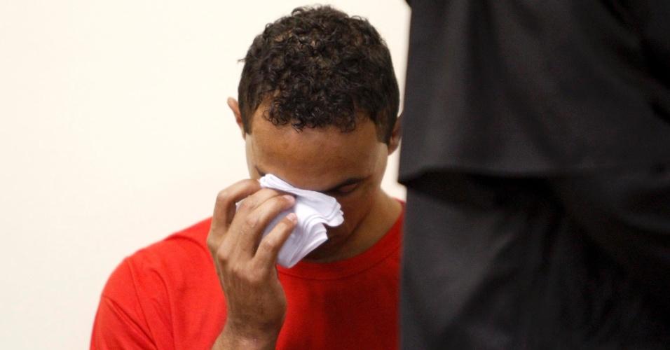 5.mar.2013 - Goleiro Bruno Fernandes chora no 2º dia de seu julgamento, no fórum de Contagem (MG). O jogador é acusado de mandar matar, em junho de 2010, sua amante Eliza Samudio, com quem teve um filho