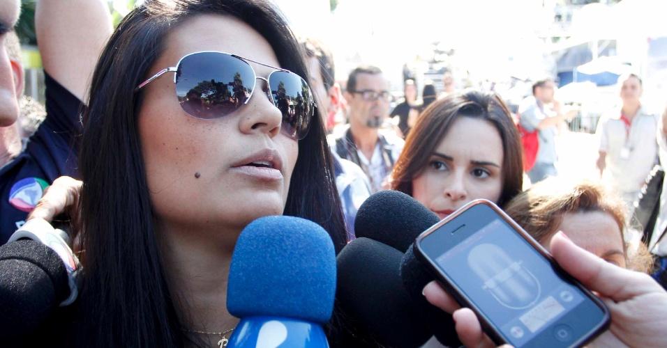5.mar.2013 - Ingrid Calheiros (esquerda), noiva do goleiro Bruno, chega ao fórum de Contagem (MG), no 2º dia de julgamento do jogador.