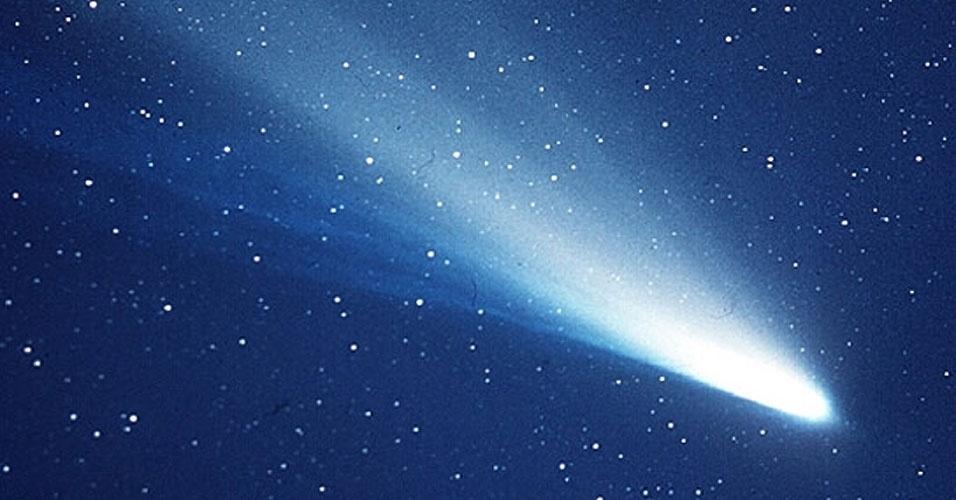 5.mar.2013 - O choque com um cometa, como o Halley (acima), pode ter trazido para a Terra elementos essenciais para o desenvolvimento da vida. Novo experimento da Universidade da Califórnia, em Berkeley, e da Universidade do Havaí, em Manoa, mostrou que há condições de se criar no espaço dipeptídeos complexos ? pares ligados de aminoácidos ? que são essenciais para a vida. Assim, abre-se a possiblidade de essas moléculas terem sido trazidas para a Terra por um cometa, o que catalisou a formação de proteínas (polipeptídeos), enzimas e até moléculas mais complexas como açúcares