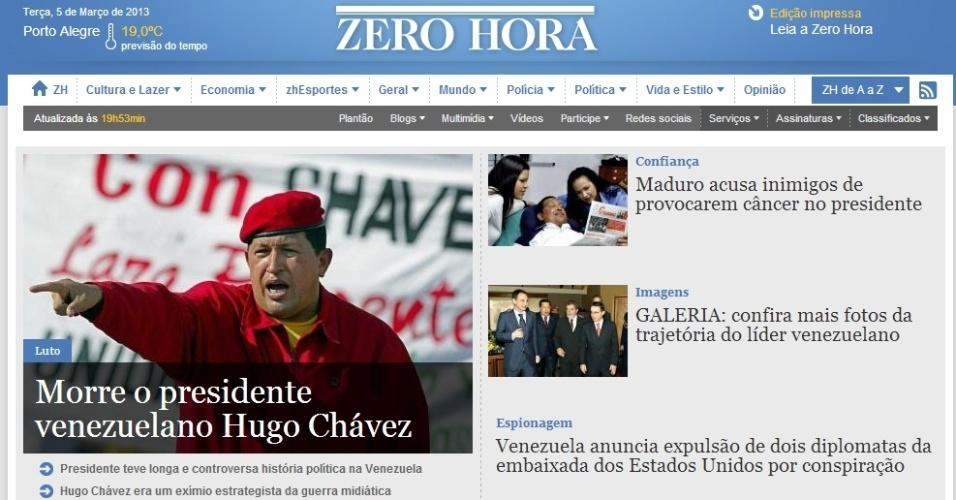 """5.mar.2013 - O jornal gaúcho """"Zero Hora"""" destaca na manchete de sua versão online a morte do presidente venezuelano, Hugo Chávez, 58, nesta terça-feira. O presidente foi vítima de um câncer na região pélvica, com o qual convivia há cerca de um ano e meio. O jornal destaca ainda o que chama de """"trajetória controversa"""" do líder"""