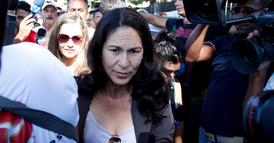 5.mar.2013 - Sônia Moura (centro), mãe de Eliza Samudio, chega ao fórum de Contagem (MG), no 2º dia de julgamento do goleiro Bruno. Sônia rejeita um acordo para que Bruno revele o paradeiro de Eliza, desaparecida desde 2010.