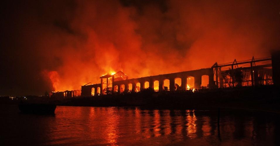 5.mar.2013 - Um incêndio atingiu o museu Cidade da Ciência, em Nápoles, no sul da Itália, nesta terça-feira (5). O fogo danificou quatro prédios do parque onde está o museu. No local há também prédios com escritórios de empresas