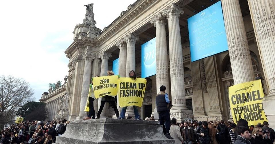 Ativistas do Greenpeace fazem manifestação antes do desfile da Chanel em frente ao Grand Palais de Paris (05/03/2013)