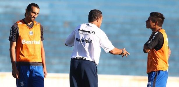 Vargas (d) usou o companheiro Barcos (e) para tranquilizar o Grêmio após lesão