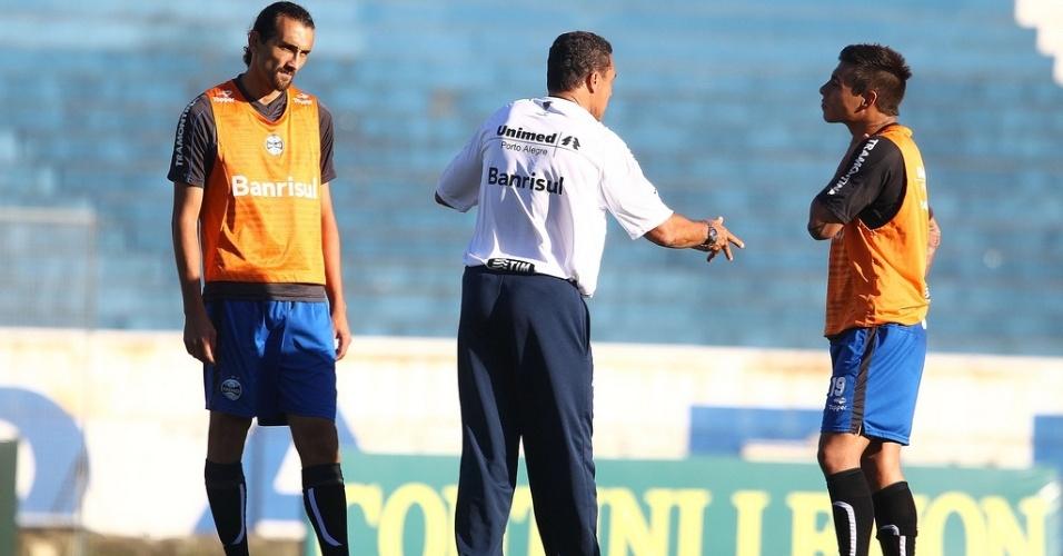 Barcos (e) e Vargas (d) recebem orientação de Vanderlei Luxemburgo em treino do Grêmio