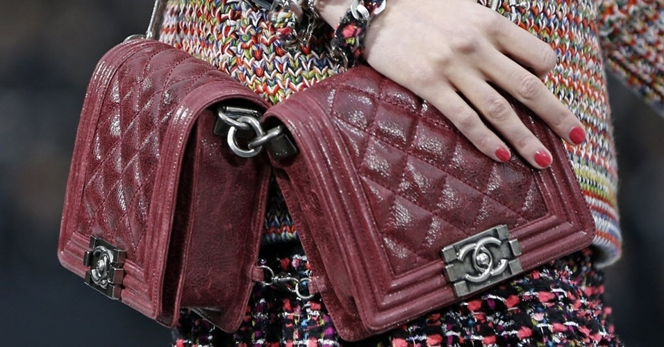 Modelo apresenta bolsa da Chanel para o Inverno 2013 durante a semana de moda de Paris (05/03/2013)