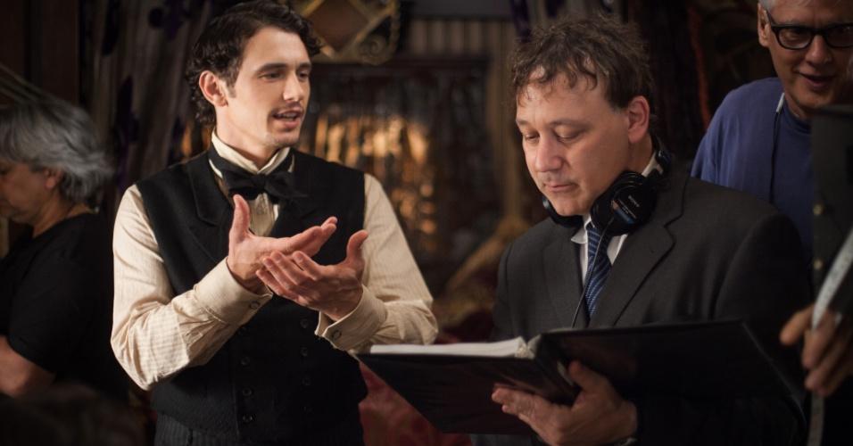 """O cineasta Sam Raimi dirige James Franco em cena de """"Oz: Mágico e Poderoso"""""""