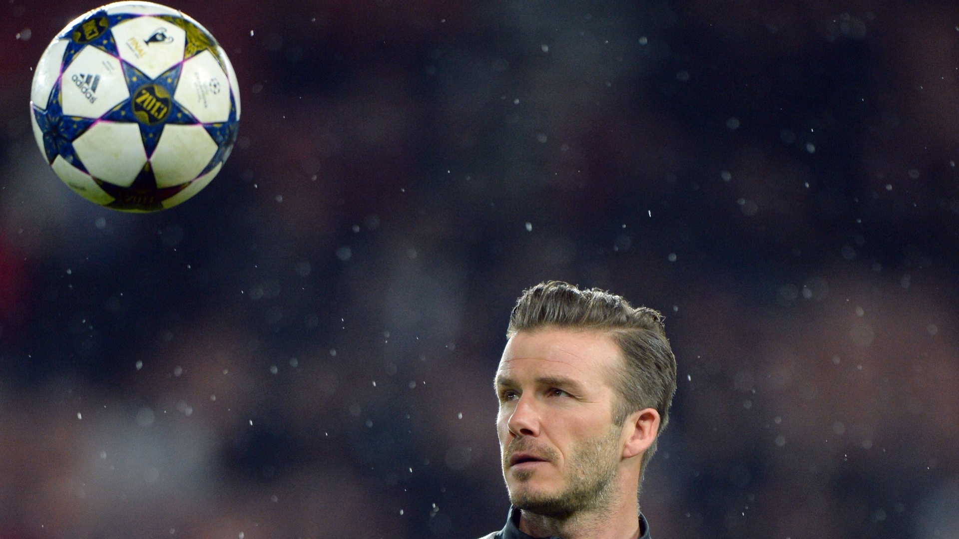 06.mar.2013 - David Beckham, do Paris Saint-Germain, aquece antes da partida contra o Valencia, pela Liga dos Campeões