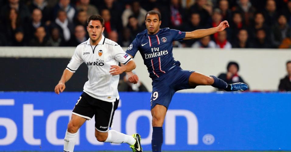 06.mar.2013 - Lucas tenta a finalização na partida entre PSG e Valencia, em Paris