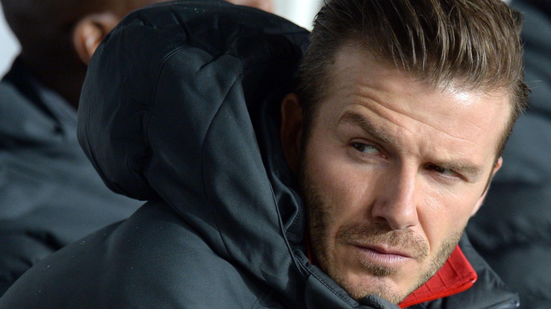 06.mar.2013 - Meia inglês David Beckham começou a partida entre PSG e Valencia no banco de reservas do time francês