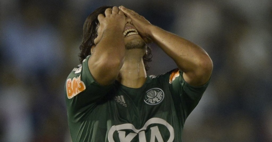 06.mar.2013 - Valdvia, meia do Palmeiras, se lamenta aps chance desperdiada na derrota para o Tigre (ARG), pela Libertadores