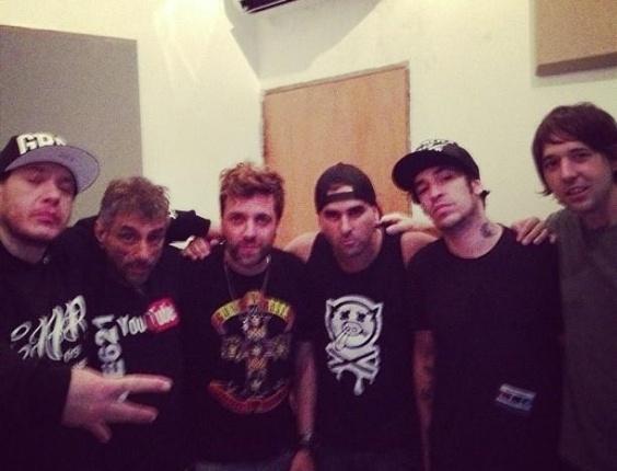 10.jan.2013 - Foto postada na página oficial da banda no Facebook mostra Chorão com a banda em estúdio