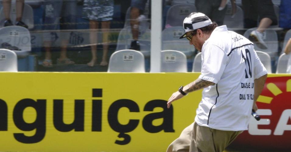 1.fev.2010 - Chorão participa da apresentação do jogador Robinho no Santos, no campo do estádio Urbano Caldeira, na Vila Belmiro