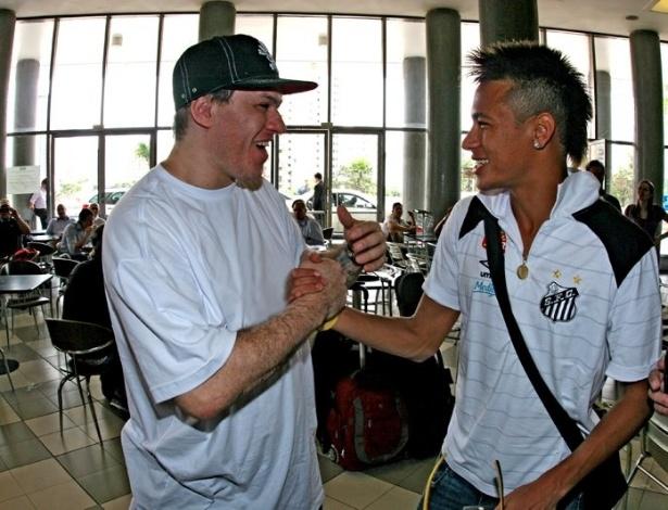 22.jun.2012 - Torcedor do Santos, Chorão se encontra com Neymar