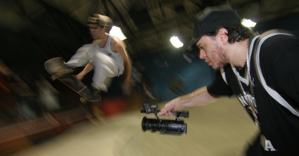 25.abr.2006 - Chorão filma manobras de skate, uma de suas paixões. O cantor tinha planos de fazer um novo longa-metragem
