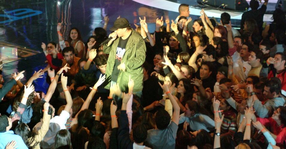 26.ago.2003 - Chorão se apresenta com Charlie Brown Jr. durante premiação VMB 2003, da MTV, no Anhembi, em São Paulo