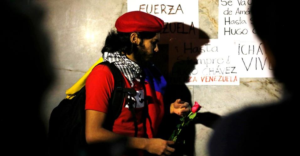 5.mar.2013 - Apoiador do presidente venezuelano Hugo Chávez leva uma rosa diante da embaixada da Venezuela na Cidade do México. Chávez morreu hoje aos 58 anos, vítima de um câncer com o qual convivia há um ano e meio