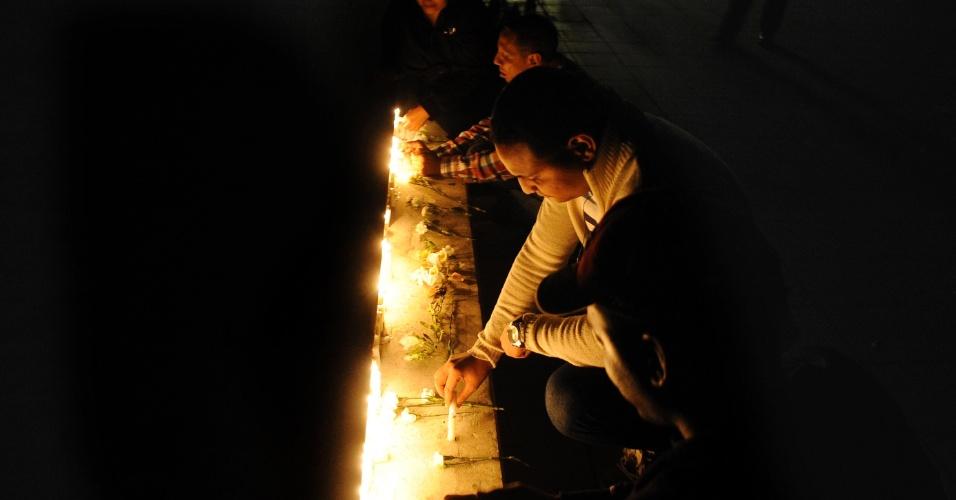 5.mar.2013 - Apoiadores de Hugo Chávez acendem velas em homenagem a Hugo Chávez em Santo Domingo (República Dominicana). Chávez morreu hoje aos 58 anos, vítima de um câncer com o qual convivia há um ano e meio, encerrando 14 anos de poder à frente da Venezuela