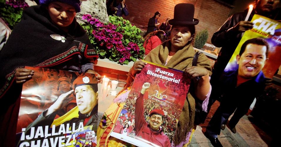 5.mar.2013 - Apoiadores de Hugo Chávez se reúnem diante da embaixada venezuelana em La Paz (Bolívia). Chávez morreu hoje aos 58 anos, vítima de um câncer com o qual convivia há um ano e meio, encerrando 14 anos de poder à frente da Venezuela