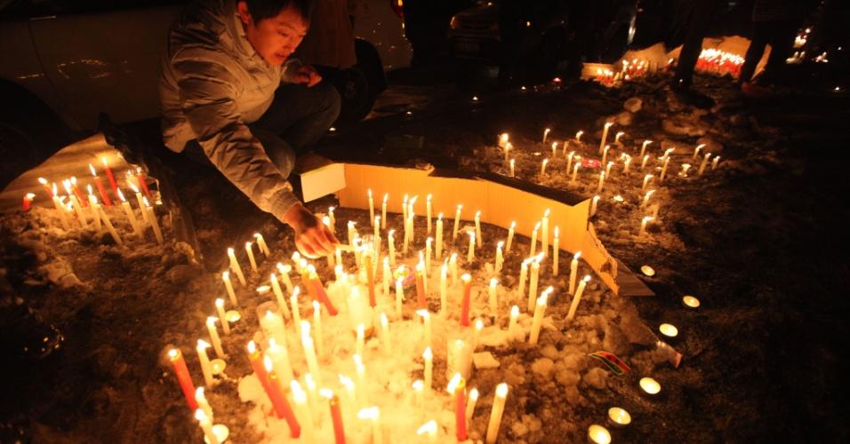 5.mar.2013 - Cidadãos de Changchun (China) se reúnem em luto pela morte de um bebê de dois meses de vida, morto por um ladrão de carro na cidade. Segundo a polícia, o criminoso enforcou a criança depois de roubar o veículo onde estava, provocando manifestações peio país